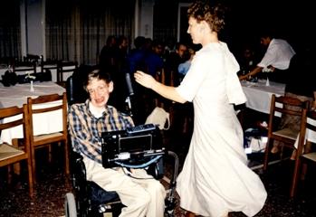 Ο Stephen Hawking χορεύοντας πεντοζάλη στην ΟΑΚ